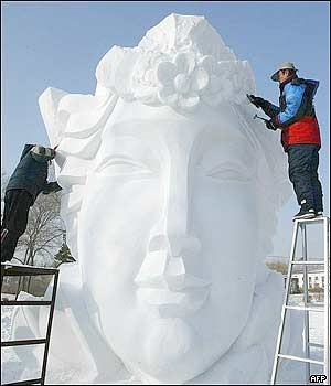 نحت الثلج في الصين _38684511_harbin_afp4_300