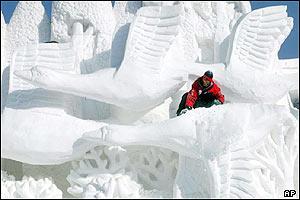 نحت الثلج في الصين _38684513_harbin_ap_300